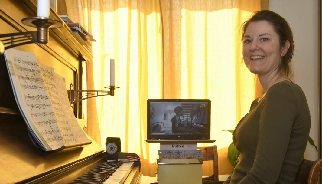 — Det er fantastisk at vi kan fortsette å undervise i disse dager, mener pianopedagog Ragnhild Eline Hoen.