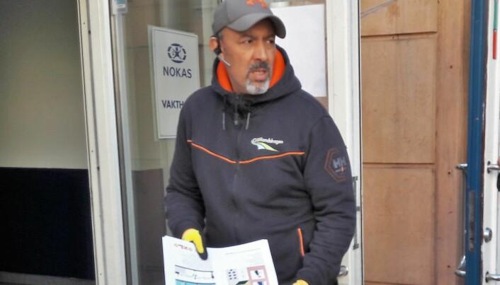 Driftsleder Abdel Zaim kjenner alle, og var kjapp til å finne de som kunne gi tillatelse til at det ble hengt opp en plakat i butikken