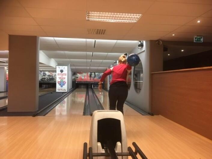Brukerne av Aktiv hverdag-tilbudet har sammen med pårørende og fagkonsulentene på prosjektet blitt enige om å dra på bowling en dag i måneden. Foto: Christian Ydse og Ida Mørk Alviniussen