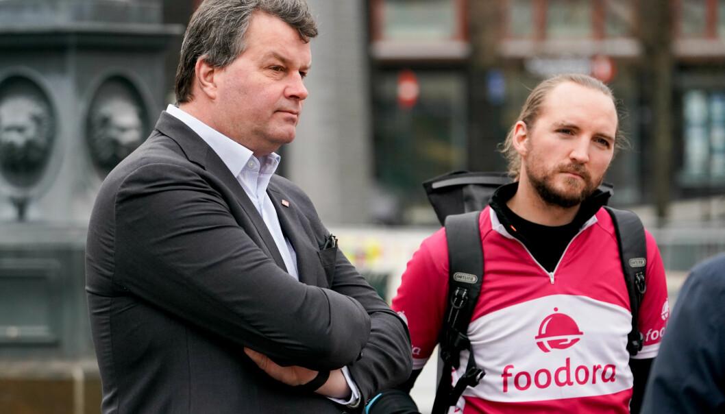 LO-sjef Hans-Christian Gabrielsen møtte syklister fra Foodora på Youngstorget. Her er han sammen med klubbleder Espen Utne Landgraff. Syklistene er fagorganisert i Fellesforbundet.