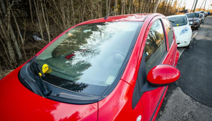 Mange folk hadde tatt turen ut i Maridalen skjærtorsdag. Flere biler stod feilparkert og ble bøtelagt.