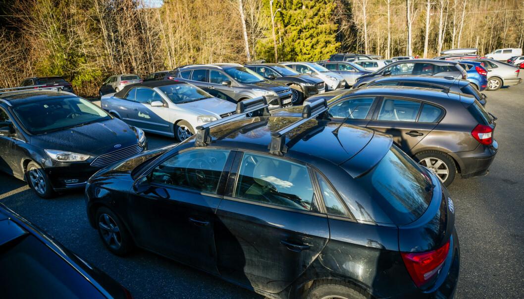 Stappfulle parkeringsplasser, som her i Maridalen, skapte problemer for utrykningskjøretøyer, melder Oslo brann- og redningsetat.
