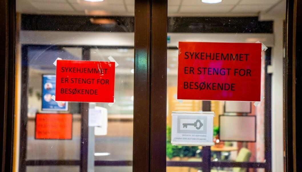 Mange tiltak har blitt gjort for å forhindre smitte på sykehjemmene over hele landet. Den 24. mars ble det innført landsdekkende besøksforbud.