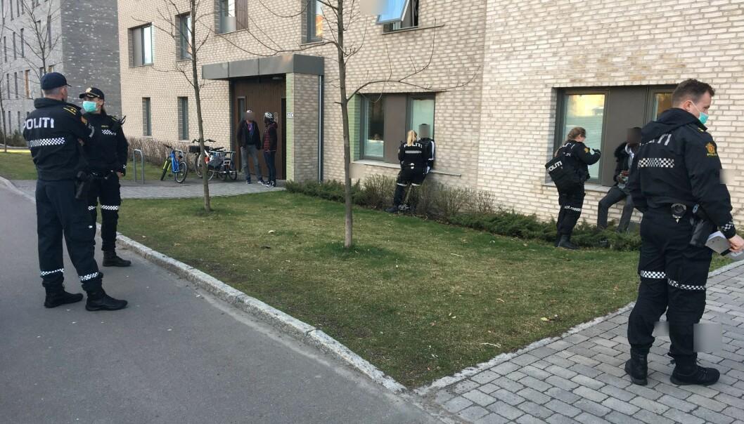Politiet avhørte flere personer der de maskerte gjerningspersonene gikk til angrep.