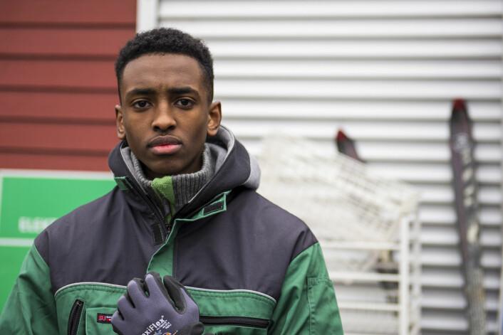 Skoleelev Ilyas Osman (18) er en av de som har fått jobb i Bydelsrusken. Foto: Morten Lauveng Jørgensen