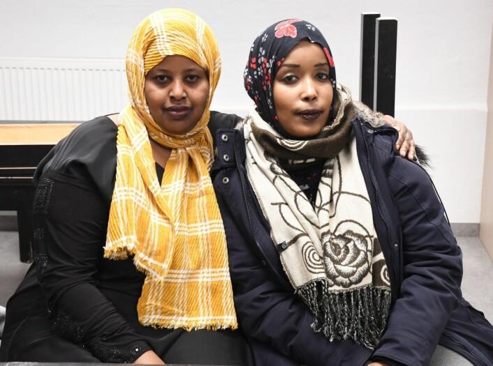 Mødrene Naima Abdirahman Asayr (t.v) og Margan Wanallere er bekymret for hva ungene vil finne på når juniorklubben på Vahl skole stenger dørene. Foto: Chrstian Boger