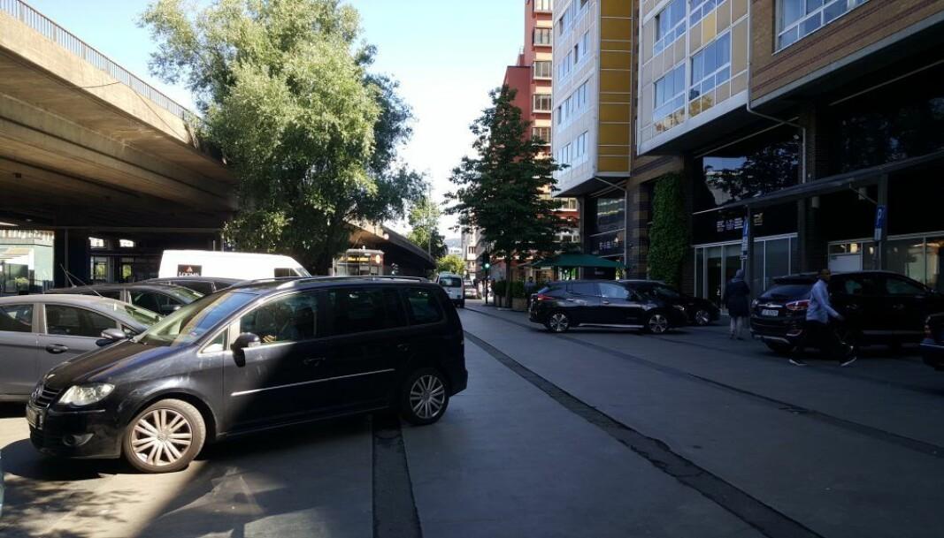 Biler i Olafiagangen, et av stedene som Gamle Oslo Ap vil sommerstenge for biler på Grønland, i tillegg til større partier som gaten Grønland.