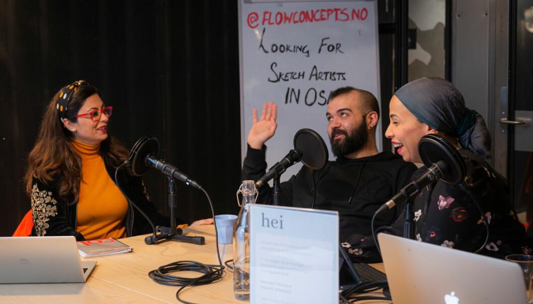 Kathra Saba (til venstre) og Walaa Abduelmagd (til høyre) snakker med den libanesiske gjesten og TV-regissøren Hani Assaf.