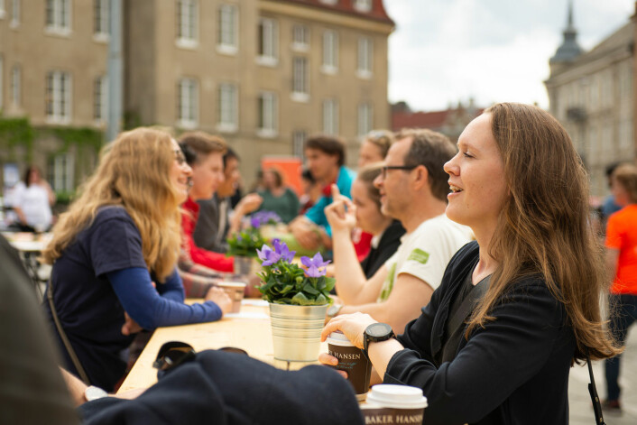 18 personer sto langt langbordet og snakket med en fremmed person. Stemningen var på topp. Foto: Morten Lauveng Jørgensen