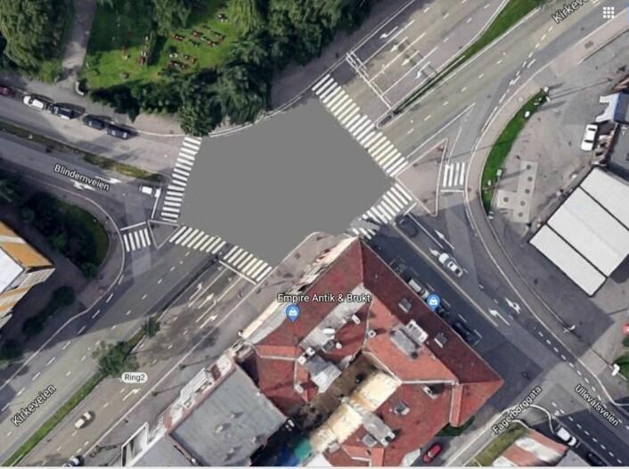 Krysset Kirkeveien, Ullevålsveien, Blindernveien er svært komplisert og uoversiktlig. Her kommer biler, sykler og skolebarn til fots. Foto: Google maps