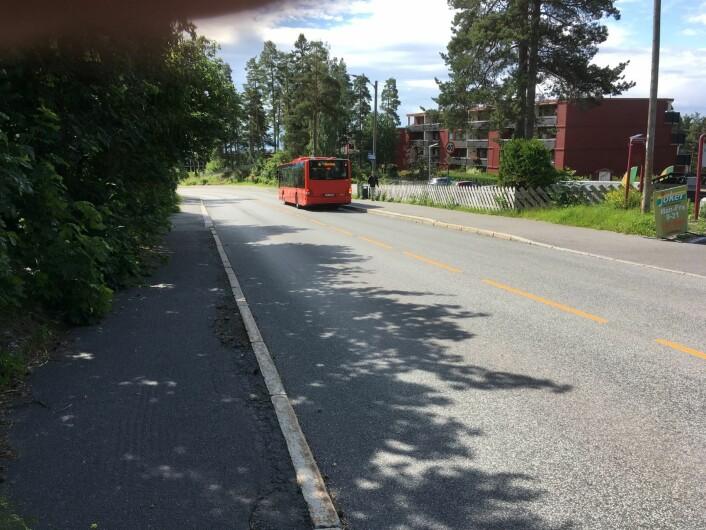 Bilene som venter bak bussen blir utålmodige og kjører forbi bussen rett foran svingen. Foto: NAF Oslo og Omegn