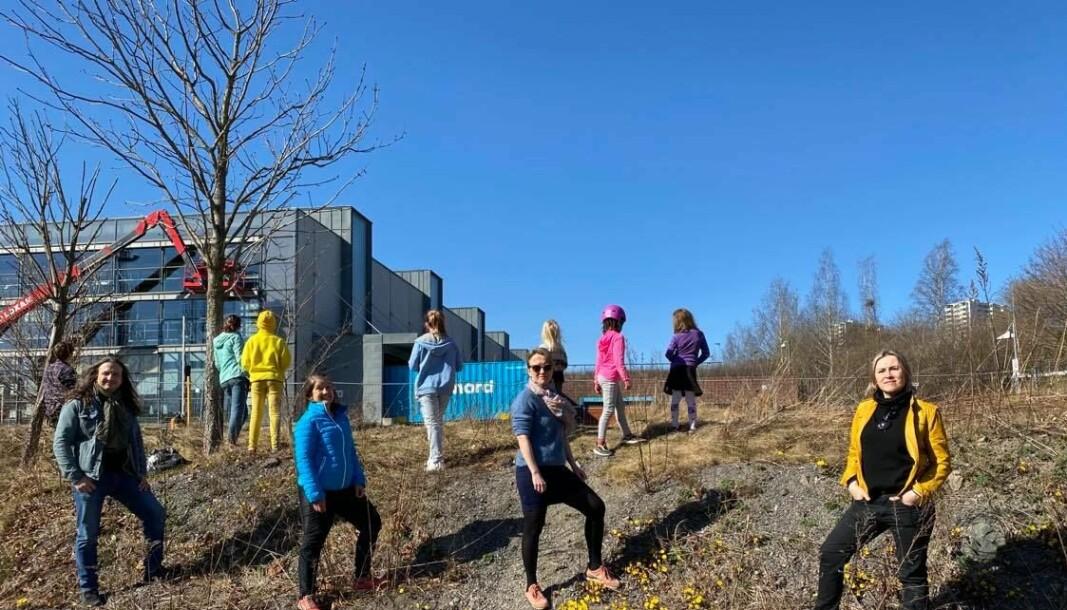 Nydalen-foreldre og barna deres på søppelrekognosering. Foran fra venstre: Espen Nørvåg Slapgård, Marthe Eikum Tang, Frid Fjose Berg og Gosha Szewczyk