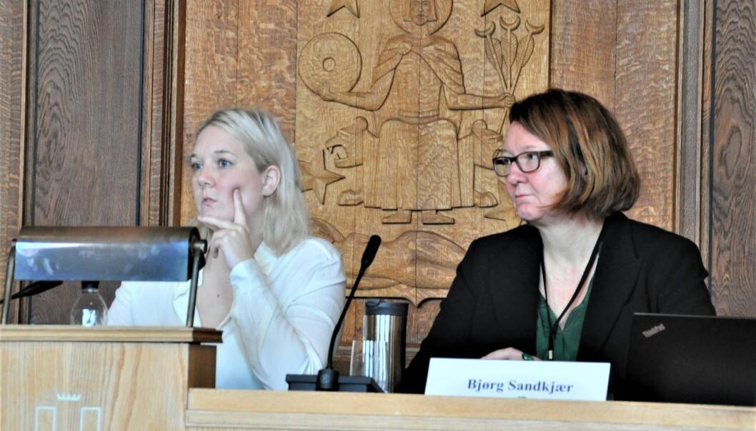 Fra venstre Aina Stenersen (Frp) og Bjørg Sandkjær (Sp). Bildet er tatt under et møte før korona-pandemien.