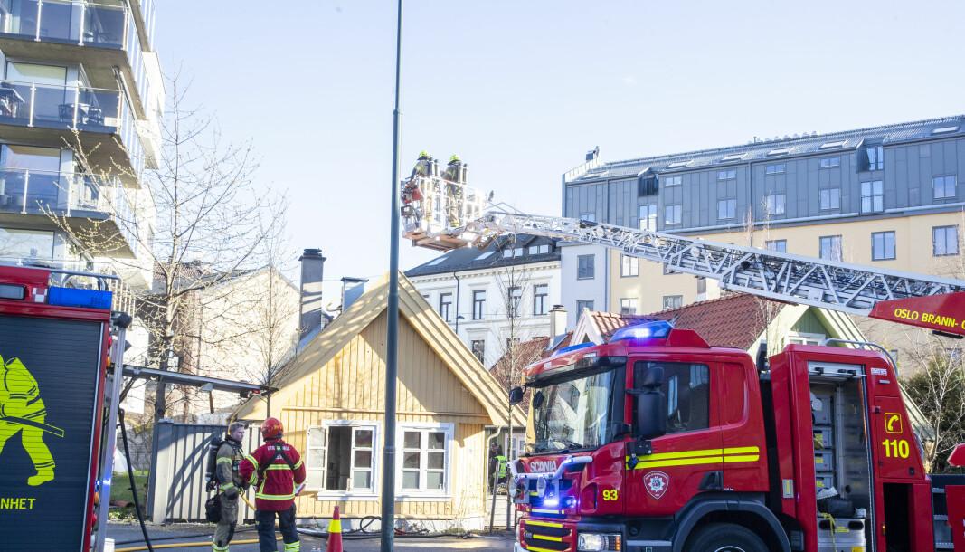 Da brannvesenet kom fram, var det kraftig røykutvikling fra taket og loftet.