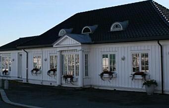 Politiet rykket i natt ut til Lanternen på Bygdøy. Der hadde åtte unge menn kortlag i den koronastengte restaurantens partytelt