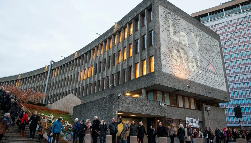 Mange osloborgere er motstandere av den planlagte rivingen av regjeringskvartalets Y-blokk. Nå går bystyreflertallet inn for bevaring av bygget.