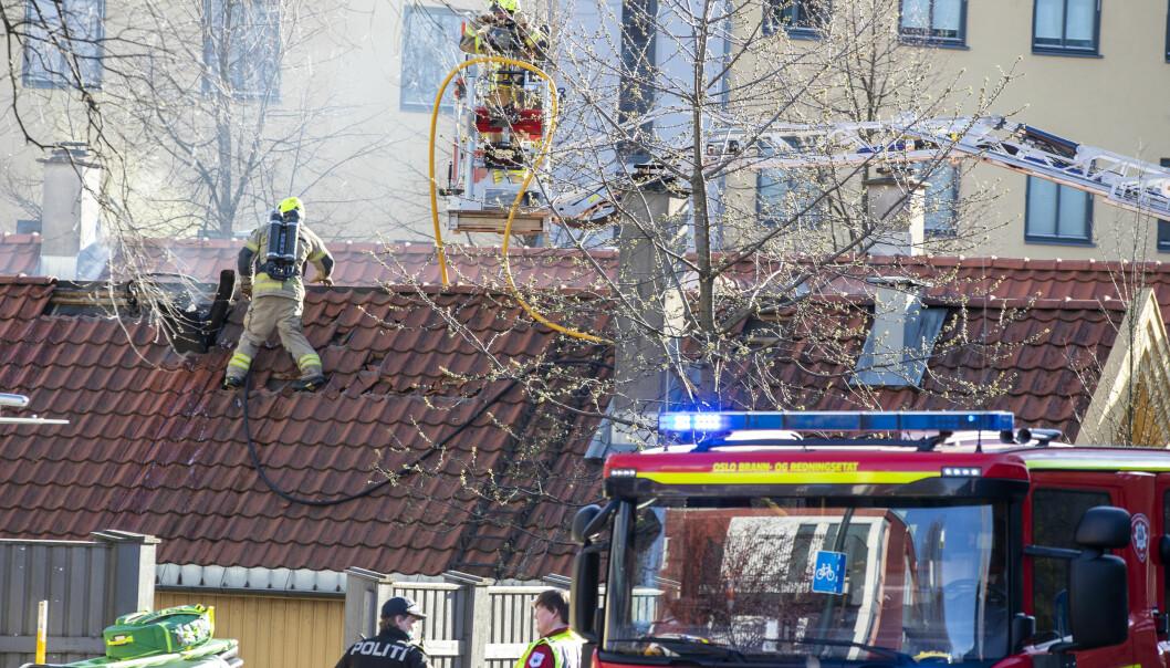 Flere filmet fredagens dødsbrann på Vålerenga i Oslo før brannvesenet kom til stedet. Dette reagerer Oslo brann- og redningsetat sterkt på.
