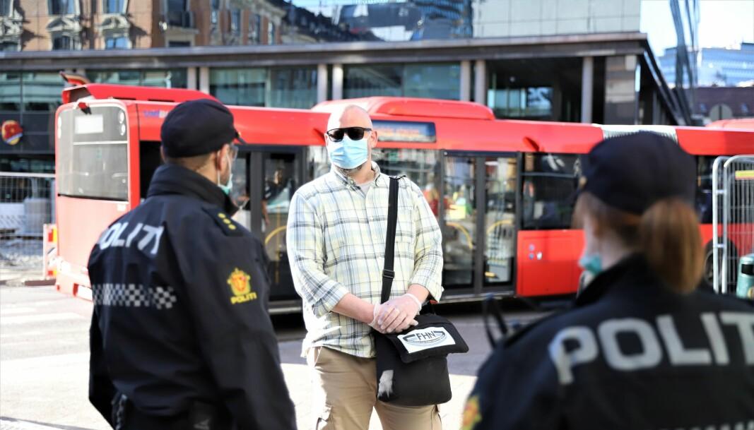Dag Andreas Torp i samtale med politiet i sentrum. Politiet kan fortelle at mange i det åpne rus-miljøet tar koronapandemien på alvor.
