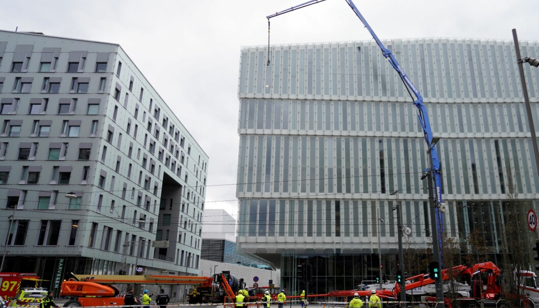 Bygningsarbeidere klarte raskt å sperre og sikre området ved nye Deichman i Bjørvika.