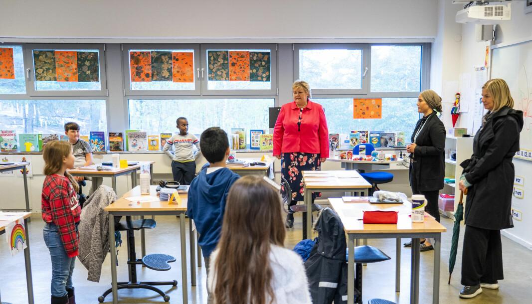 Statsminister Erna Solberg (H) og kunnskapsminister Guri Melby (V) besøkte klasse 2B med lærer Figen Demirci på Ellingsrudåsen skole mandag.