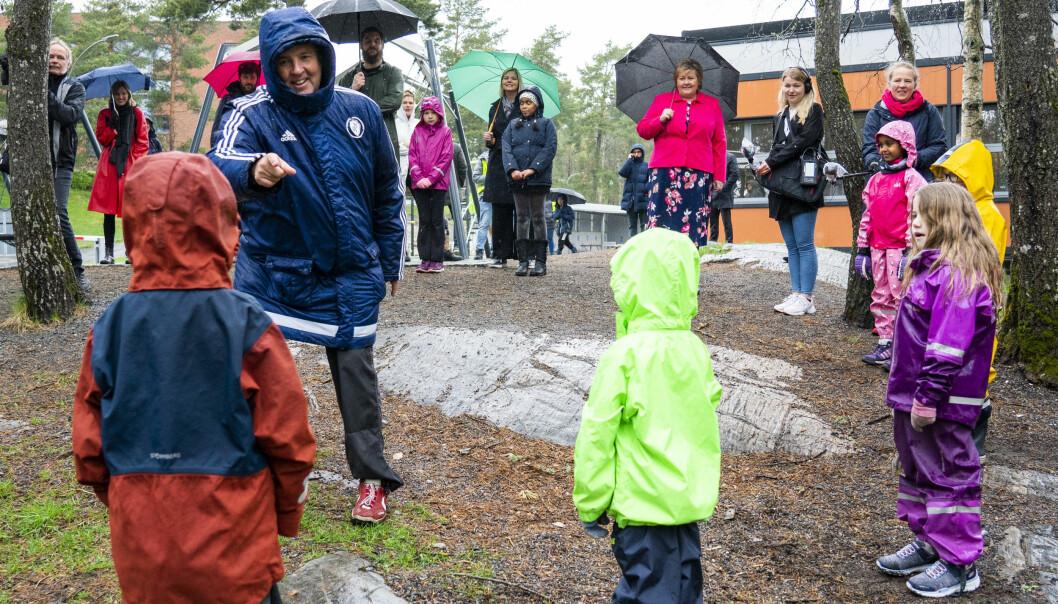 Statsminister Erna Solberg (H) og kunnskapsminister Guri Melby (V) besøker Ellingsrudåsen skole mandag.