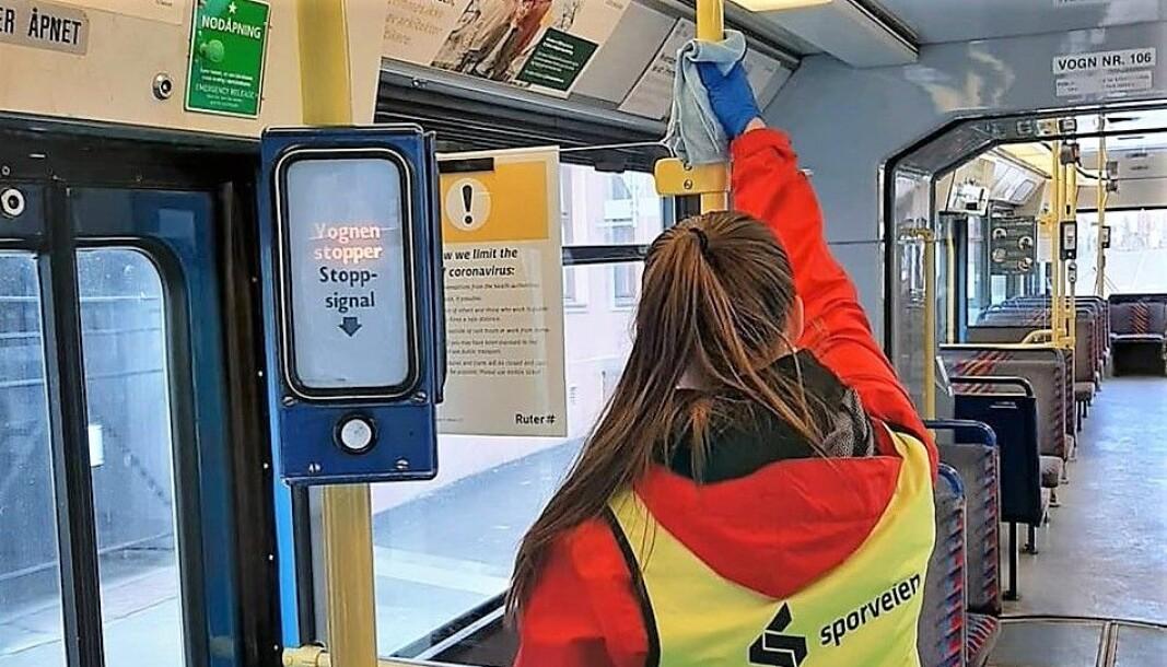 Smittevasken i Oslos kollektivtransport vil fortsatt stå i høysetet, selv om Ruter fra i går gjeninnførte billettkontrollene.