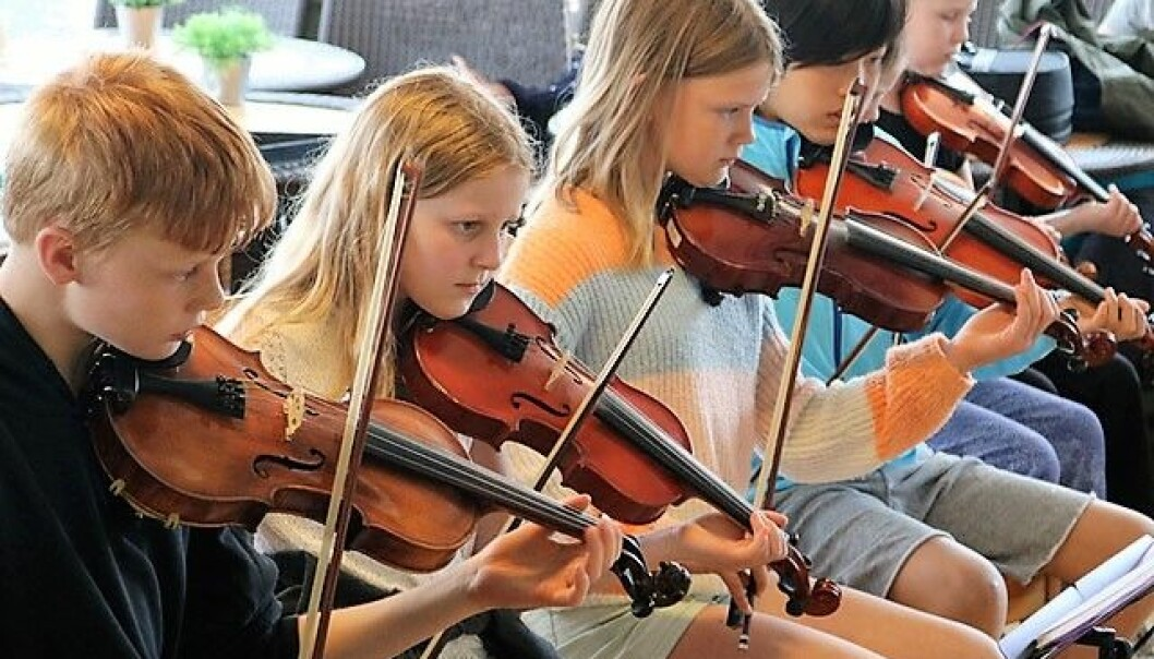 Fiolinistene i Kjelsås Skoles Strykeorkester har øvd til jubileumskonserten i ett år. Dette bildet ble tatt før koronaepidemien. Akkurat nå får elevene undervisning hjemme via digitale løsninger.