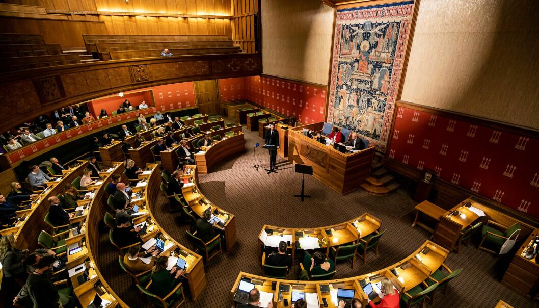 Heltidspolitikere i bystyret tjener 899.077 kroner årlig, mens ordfører og byrådsleder får 1,4 millioner. Nå fryses politikerlønningene i Oslo.