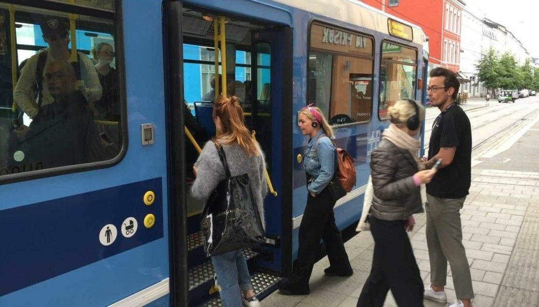 For å hindre at folk trykker på samme knapp og sprer smitte, åpner nå dørene av seg selv på Oslos trikker.