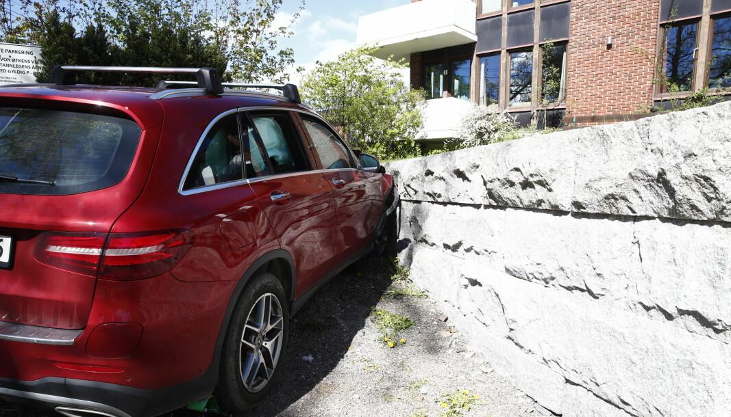 Bilen fikk en del skader etter å ha kjørt inn i muren, og airbagene ble utløst.