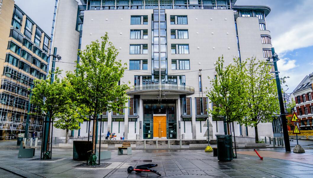 En advokat må møte i Oslo tingrett, tiltalt for gjennom en årrekke å ha tatt imot bestikkelser på nesten 300.000 kroner.