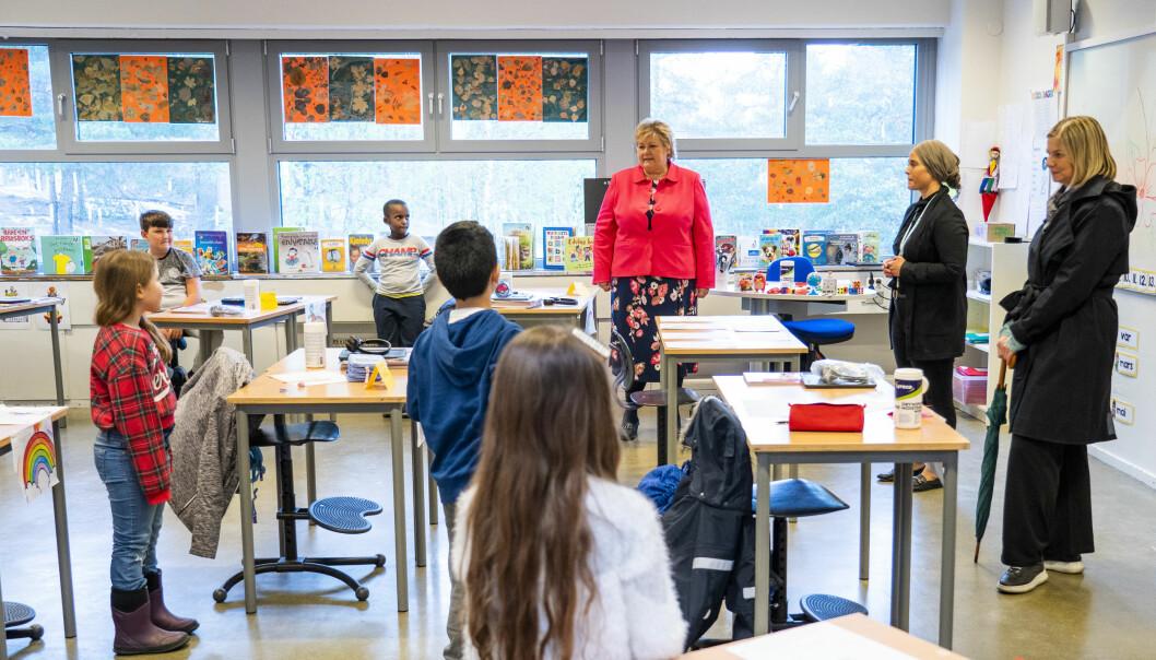 Statsminister Erna Solberg (H) og kunnskapsminister Guri Melby (V) besøker klasse 2B med lærer Figen Demirci på Ellingsrudåsen skole. Nå kan skolen åpne for alle elever allerede neste uke.