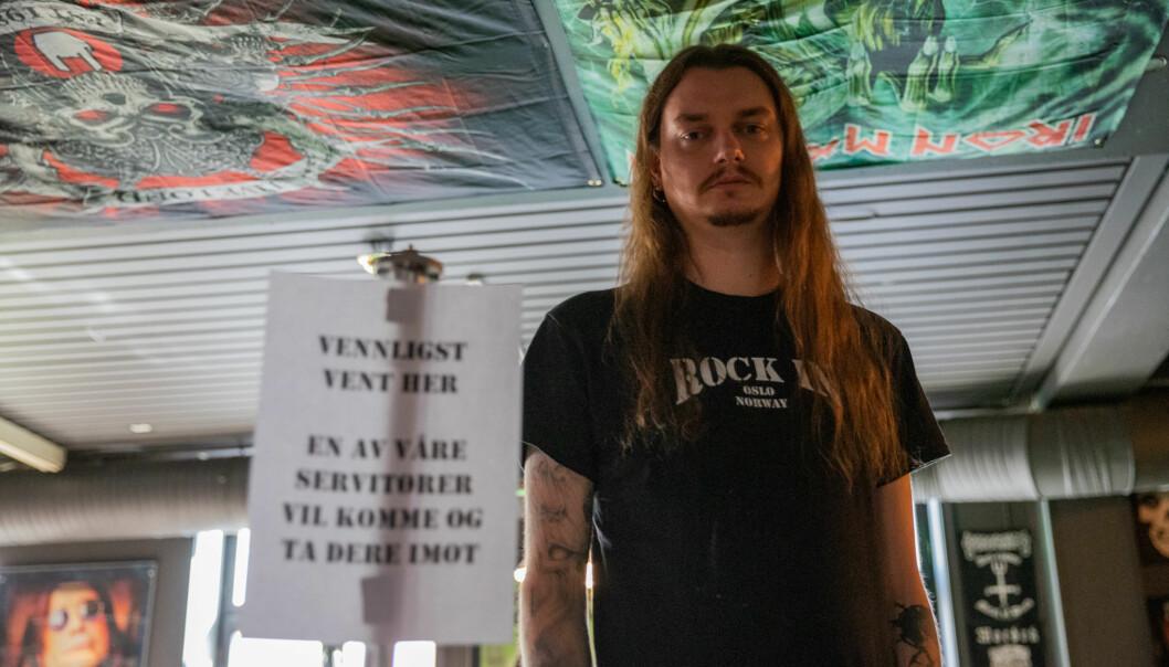 – Er dette skiltet vanskelig å forstå? spør bartender Kristian Larsen hos Rock In på Grønland.