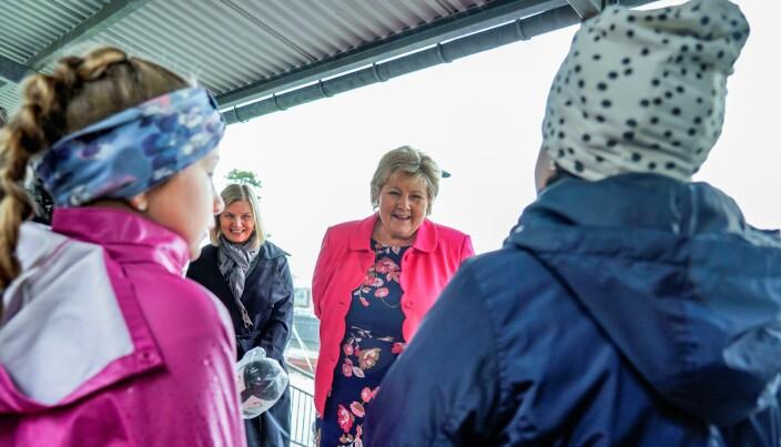 Her besøker statsminister Erna Solberg og kunnskapsminister Guri Melby Ellingsrudåsen skole.