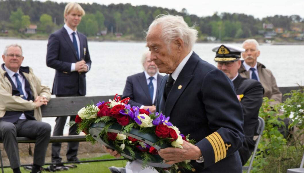 Maskinsjef Ansgar Sletteberg legger ned en krans ved krigsseilermonumentet.