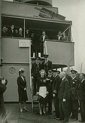 Margit Johnsen får British Empire Medal – korrekt antrukket.