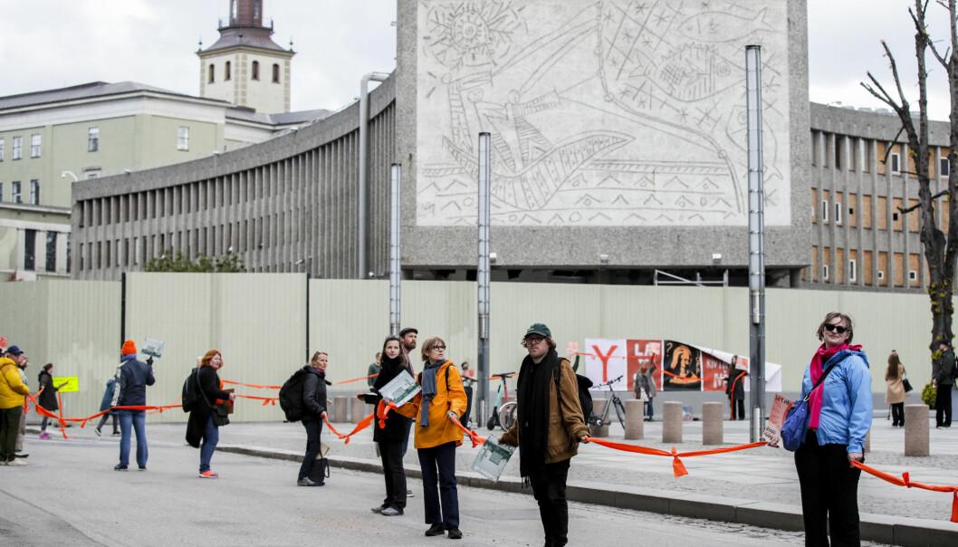 Aksjonister dannet en lenke av folk fra Y-blokka til Stortinget for å få politikerne til å redde bygningen som er vedtatt revet.