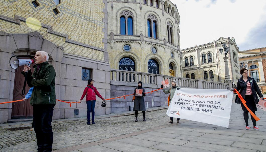 SVs Petter Eide holder appell foran Stortinget tirsdag morgen der han senere også ber politikerne utsette rivingen av bygget til saken er behandlet i tingretten.