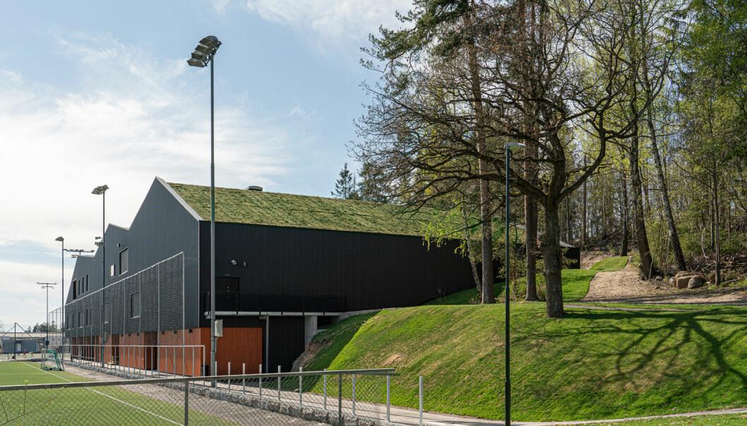 Den nye flerbrukshallen ligger sentralt til i Ullern idrettspark ved den eksisterende kunstgressbanen.