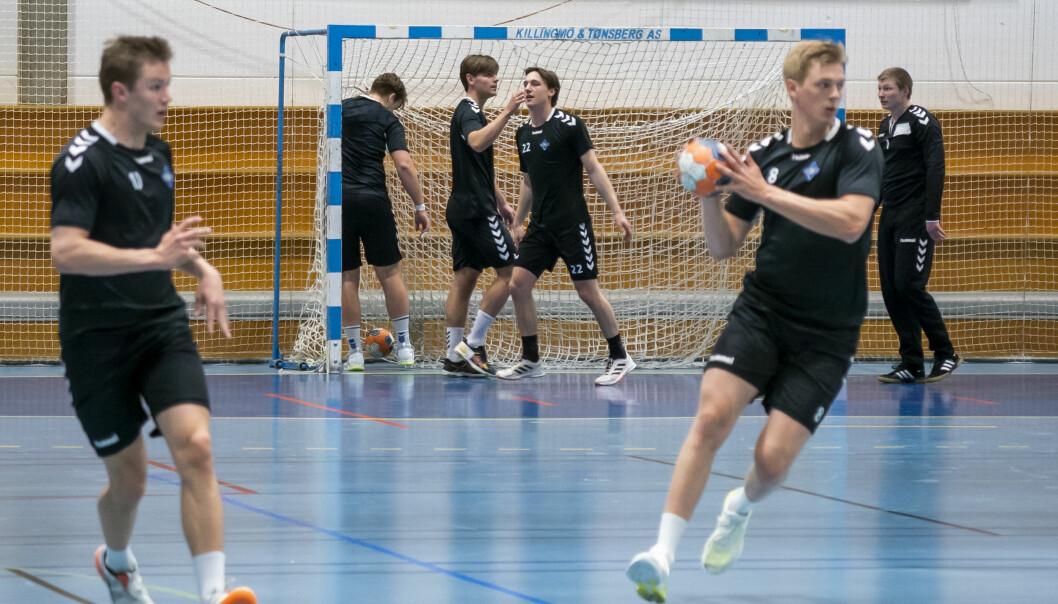 Håndballspillerne i Bækkelaget elite trener igjen i Bækkelagshallen etter at myndighetene lettet på tiltakene i forbindelse med koronapandemien.