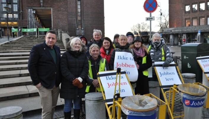 KrFs Espen Andreas Hasle (til v.) og Frps Aina Stenersen (ved siden av Hasle) demonstrerer mot rødgrønne kutt sammen med deltakere fra Frelsesarmeens Jobben