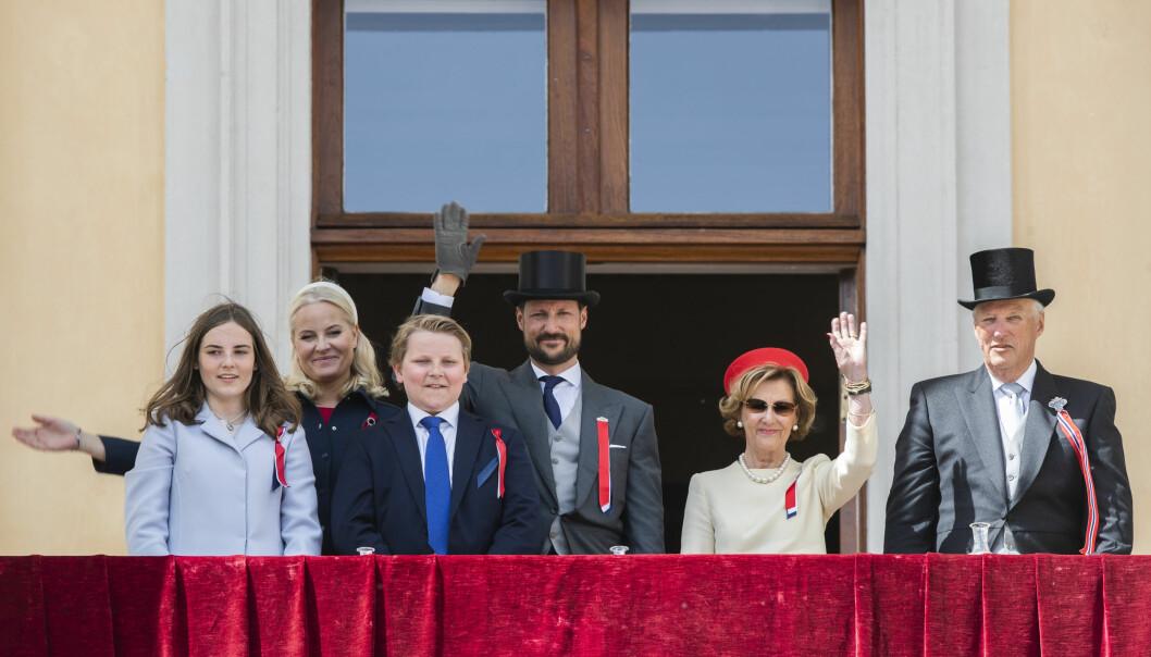 Kongefamilien vinker til barnetoget fra slottsbalkongen 17. mai i fjor.