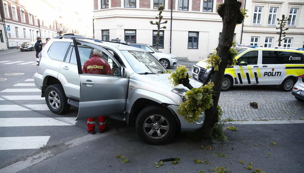 Politiet har kontroll på føreren av en stjålet bil og en medpassasjer etter at bilen krasjet med et tre i Oslo fredag kveld.