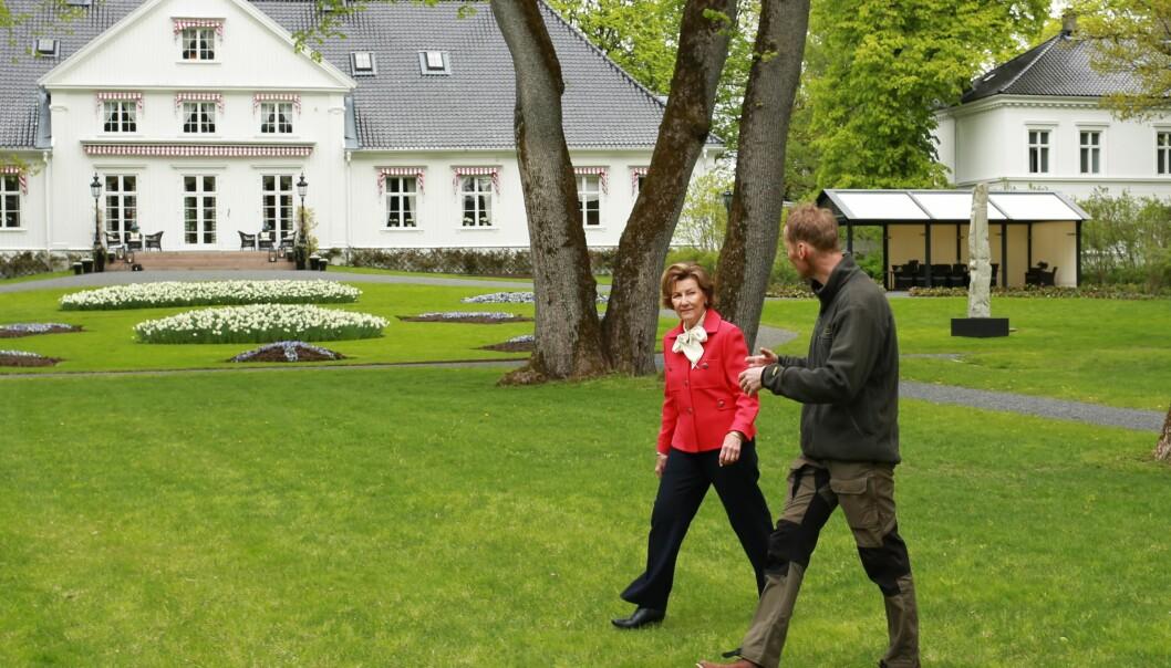 Dronning Sonja og Jan Høvo, gartner ved Det kongelige hoff, rusler rundt i hagen på Bygdøy kongsgård.