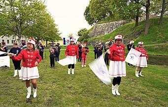 Torshovkorpset og drillpikene opptrer under festkonserten ved Karpedammen. Se videoen