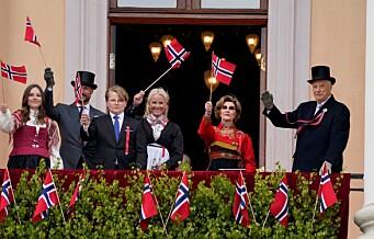 Kongefamilien overrasket alle. Dukket først opp på slottsbalkongen før de kjørte åpen bil til Tøyen og Grønland