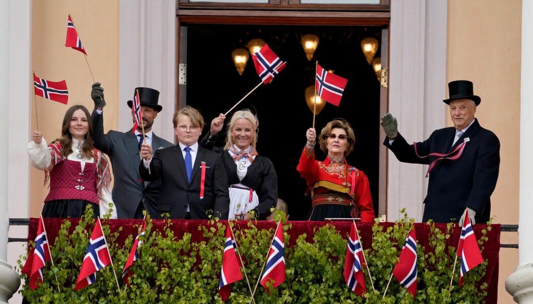 """""""Pop up-kongefamilien"""" dro fra Slottet til Grønland, Tøyen og Grünerløkka i åpne biler 17. mai ettermiddag."""