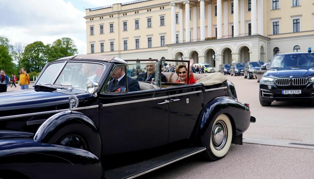 Kongen og Dronningen på vei gjennom Oslo i A-1 en Buick Roadmaster fra 1939.