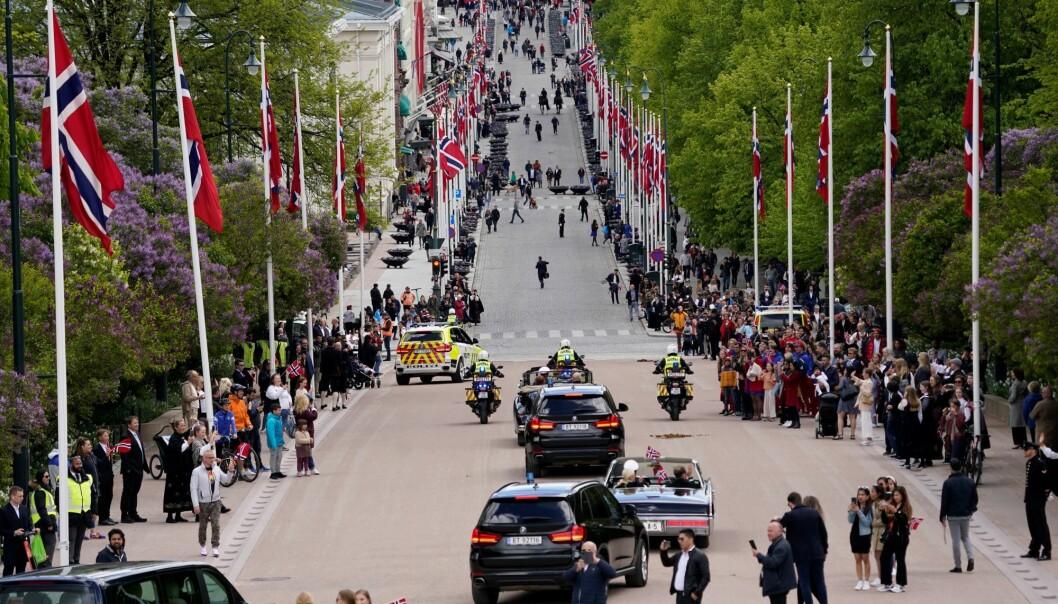Overraskende mange fikk oppleve kongefamilien i åpne biler ned Karl Johans gate fra Slottet.