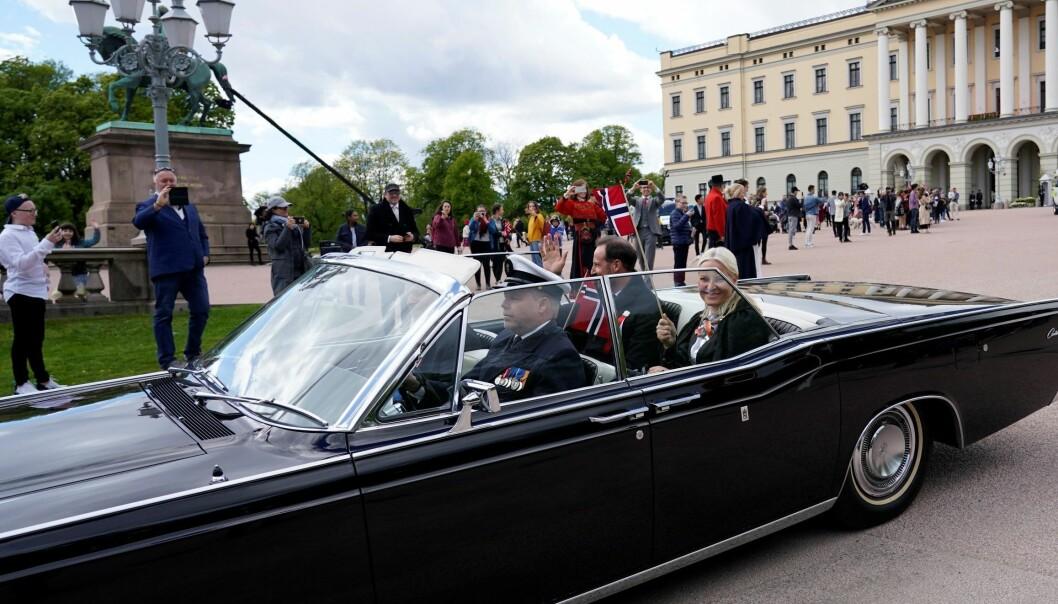 Kronprins Haakon og kronprinsesse Mette-Marit i A-5, en Lincoln Continental fra 1966